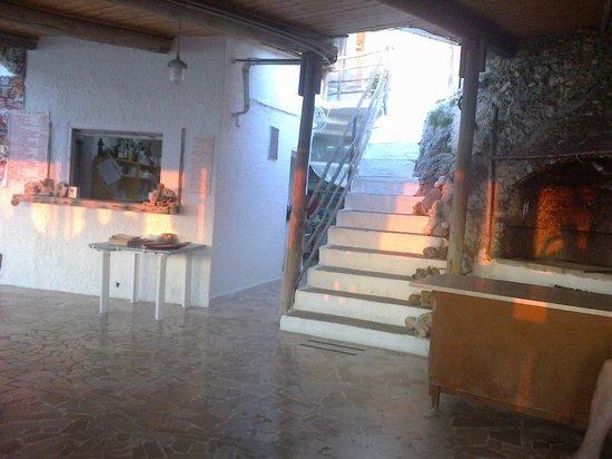 Il Trabucco: scalinata che accede al ristorante con le luci del tramonto