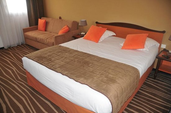 Mercure Marne la vallée Bussy St Georges: Queen size bed and the sofa bed