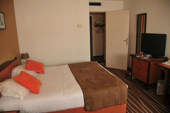 Mercure Marne la vallée Bussy St Georges: Flat screen tv in front of queen size bed