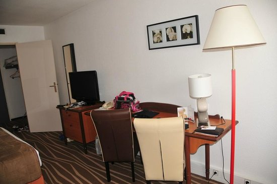 Mercure Marne la vallee Bussy St Georges: Desk in the room
