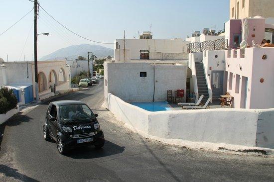 Villa Murano: Hotel/zwembad naast drukke baan