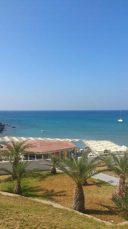 Golden Milos Beach Hotel: Verso la spiaggia