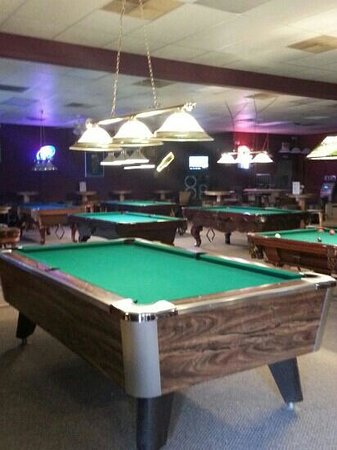 Armadillos Restaurant & Billiards: multiple clean tables to play