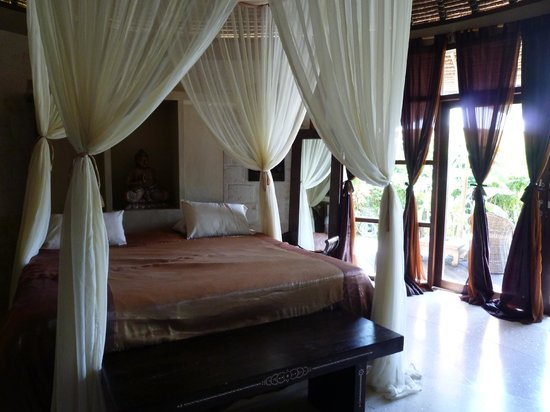 La Joya, Villa & Bungalows: What a cool room, would love to rest my weary bones there one more night