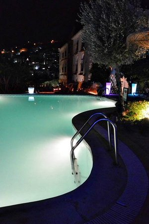 Dar Echchaouen: Pool and city lights at night