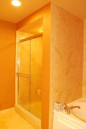 Lake Eve Resort : salle de bain jacuzzi et douche