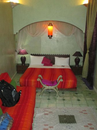 Riad Reves D'orient: Samira Riads - Bedroom, comfortable bed with flat screen TV and wall AC unit