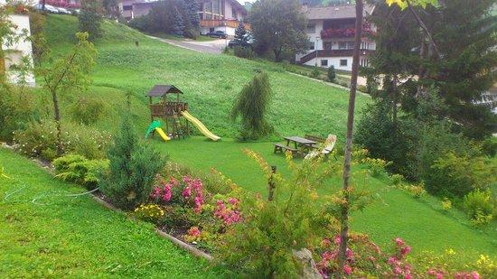 Pensione Runcac : giardino con giochi per bambini