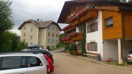 Pensione Runcac : vista hotel con parcheggio