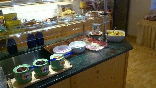 Pensione Runcac : angolo buffet colazione