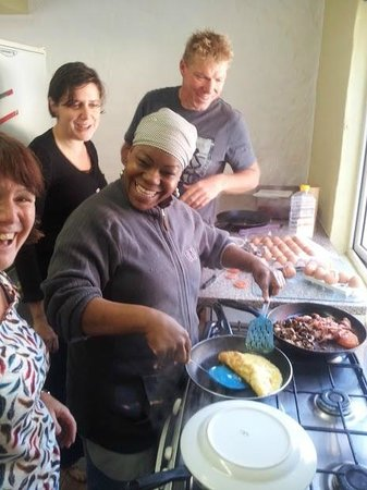 Ikhaya Guest House: Getting an omelet cooking demo from Memory who's a great cook & really warm & friendly.