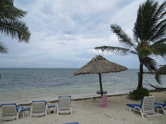 Mata Rocks Resort: beach near dock