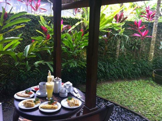 Tunjung Mas Bungalows: desayuno en la habitación
