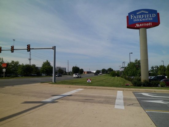 Fairfield Inn & Suites Winchester: road outside hotel drive