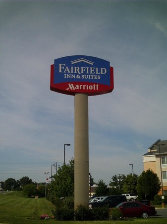 Fairfield Inn & Suites Winchester: hotel sign