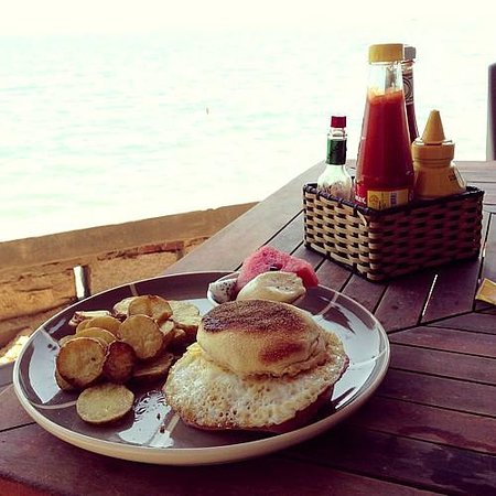 Joe's Cafe and Garden Resort: Breakfast: English muffin with ham and egg, fried potatoes and fresh fruits