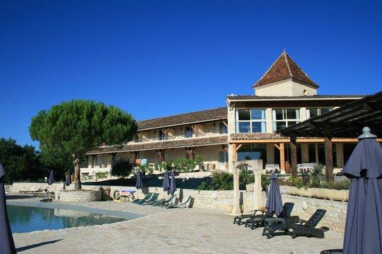Hotel le Belvedere : Vue de l'hôtel (côté piscine)