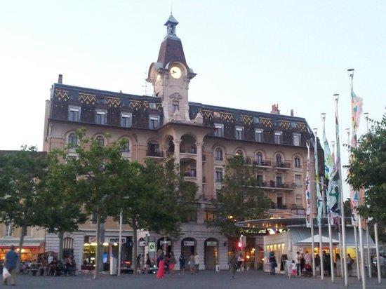 Hotel Aulac: Dalla piazza antistante