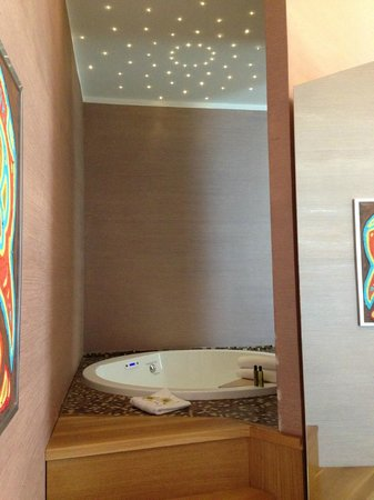 Dharma Hotel & Luxury Suites: Dettaglio vasca idromassaggio