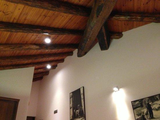 Hotel Restaurant Can Borrell: El techo a dos aguas de la habitación