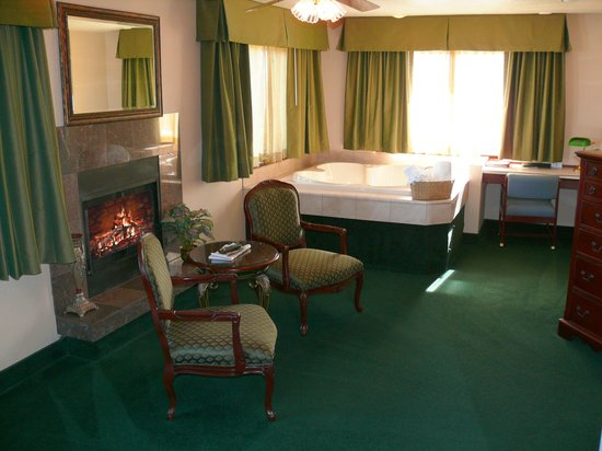 Rogue Regency Inn: Executive Suite with Hot Tub and Fireplace