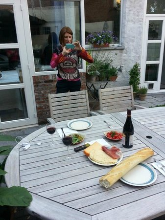 Absoluut Verhulst: Our picnic supper and view of B&B kitchen
