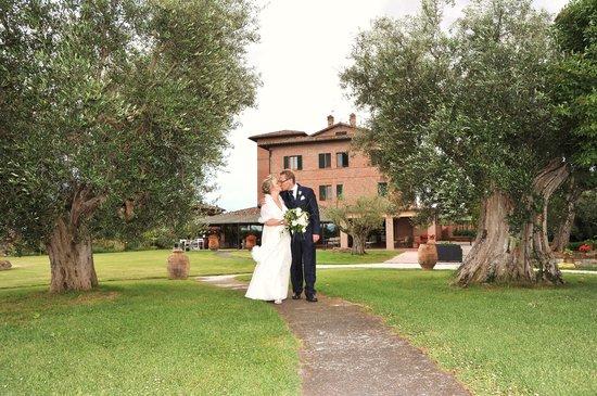 Locanda Poggioleone : Den flotte hagen gir en perfekt ramme for et bryllup