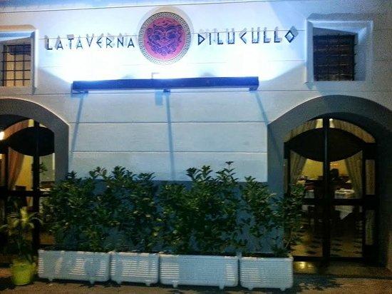 Ingresso di sera alla Taverna di Lucullo