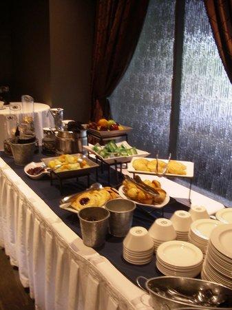 Explorer Hotel: Breakfast