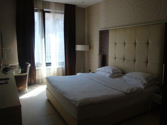 Crystal Hotel: Spacious bedroom