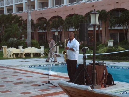 Sandals Royal Bahamian Spa Resort & Offshore Island: Night music entertainment