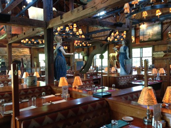 Clyde's Willow Creek Farm: View of the large indoor dining room