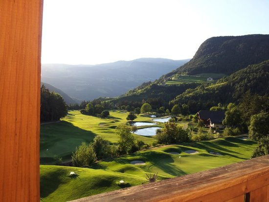 Golf Hotel Sonne: Il Tee della buca 1 ed il green della 9...