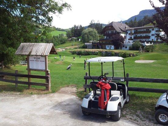 Golf Hotel Sonne: Il putting green con l'Hotel sullo sfondo...