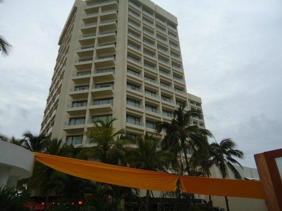 Sunscape Dorado Pacifico Ixtapa: Vista del hotel desde la piscina
