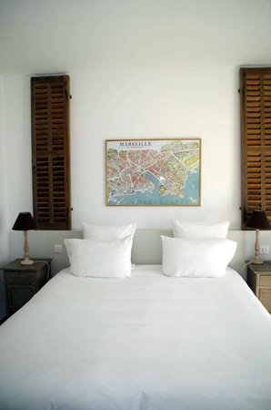 Hotel 96: lit chambre 2