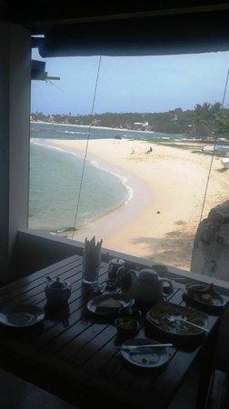 Sun'n'Sea Hotel: Breakfast overlooking the beach at Sun N Sea
