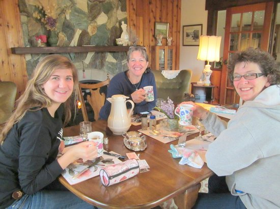 Jacquie Gordon's Bed & Breakfast: Guests enjoying breakfast in Fireside Room