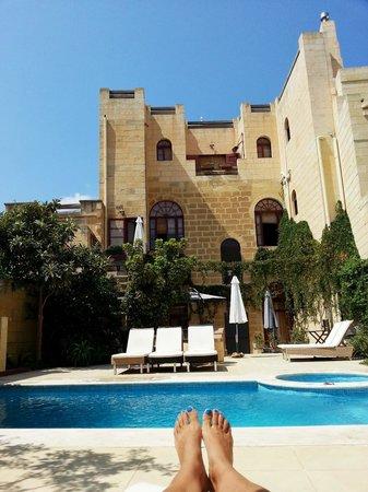 B&B Dar Ta' Zeppi : Relaxing in the courtyard