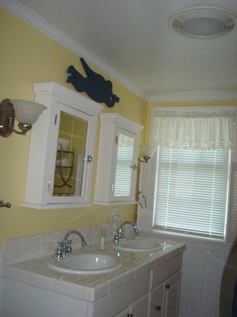 1837 Cobblestone Cottage Bed and Breakfast: Honeymoon Suite Bathroom