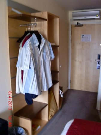 Holiday Inn Express Edinburgh - Royal Mile: this is the room Closet