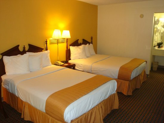 Econo Lodge Inn & Suites : Our double rooms with an activity center & a desk area