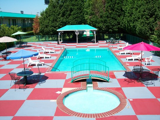 Econo Lodge Inn & Suites : Relax by our pool with a kiddie pool