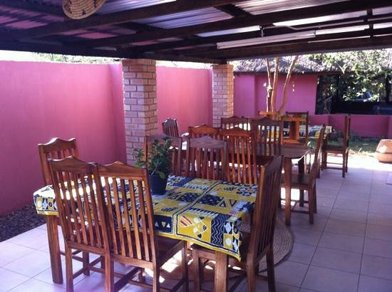 Tabonina Guesthouse: Covered patio for outside dining.