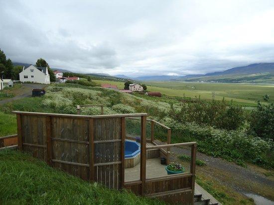 Lamb Inn Ongulsstadir : hot tub bij het hotel, met heerlijk uitzicht!