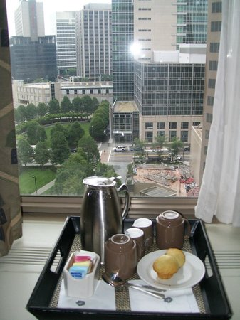 Omni William Penn Hotel: Morning coffee and muffin!