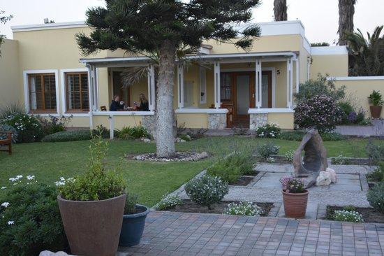 Cornerstone Guesthouse: Joli jardin bien fleuri