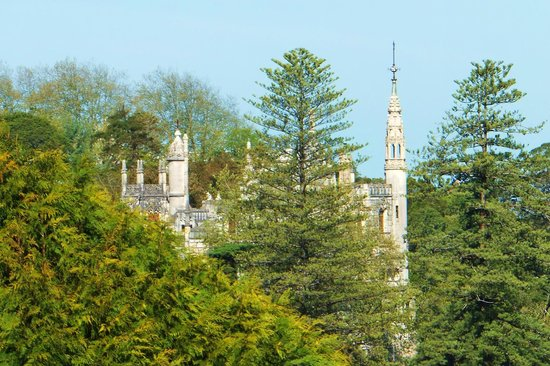 Bed and Breakfast Villa Mira Longa: Quinta da Regaleira is visible from our bedroom too ! ! !