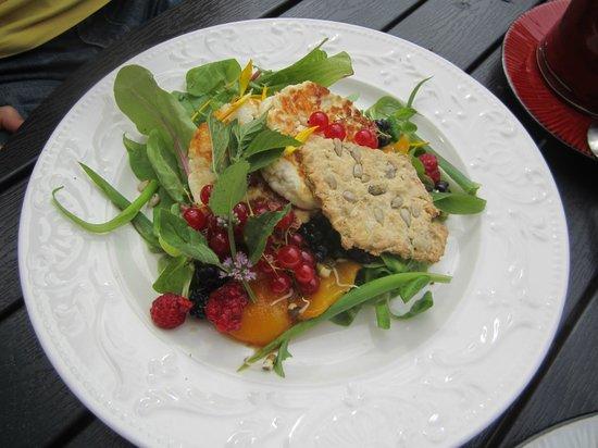 Mahedik Cafe : Салат с козьим сыром и ягодами