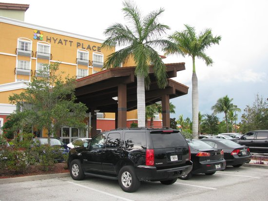 Hyatt Place Coconut Point: hotel parking and entrance